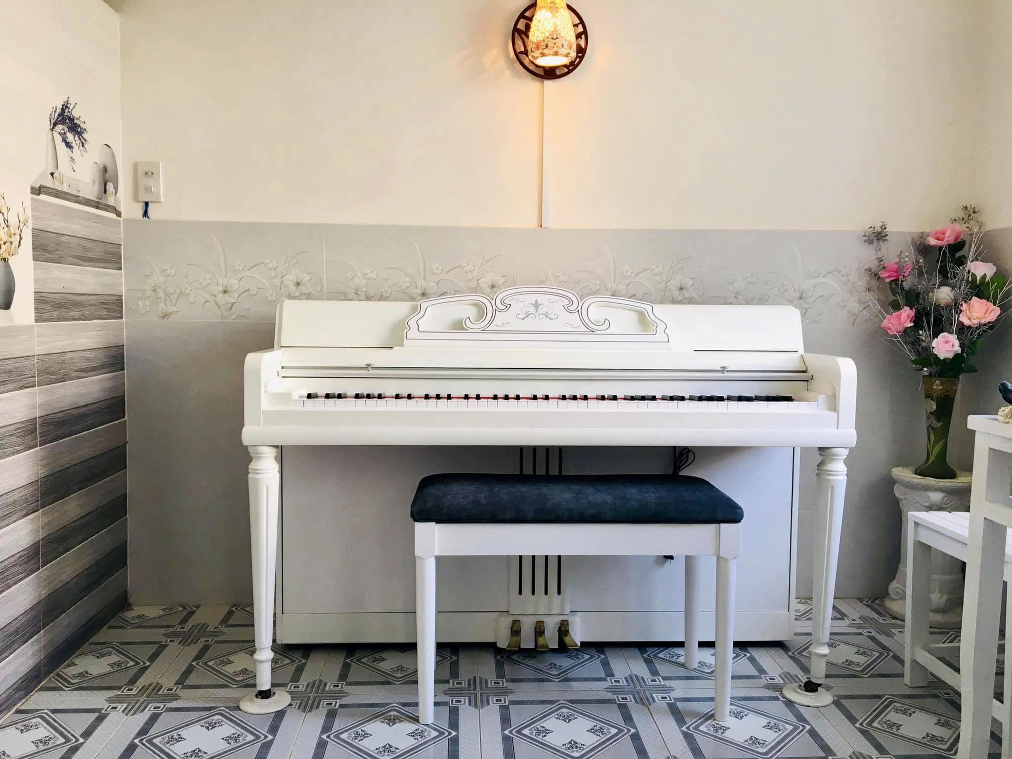 đàn piano mỹ màu trắng