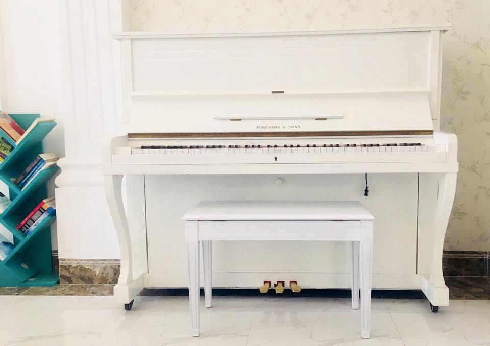 đàn piano cơ màu trắng